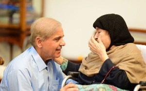 shahbaz sharif with mother