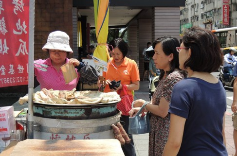"A Brief Tour at the Famous ""Dongmen Traditional Market"" Before Cooking"