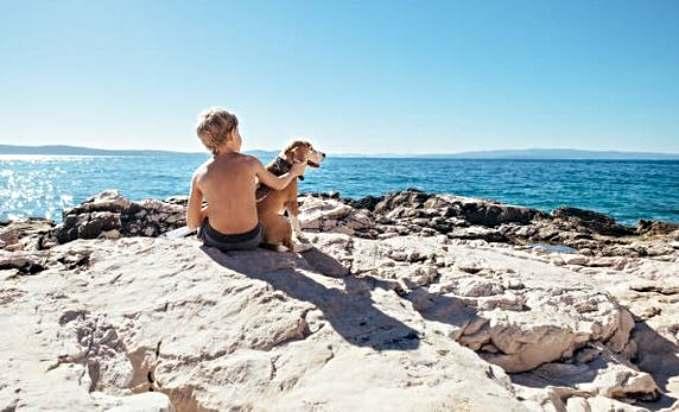Playas que admiten perros en España - niño con su perro
