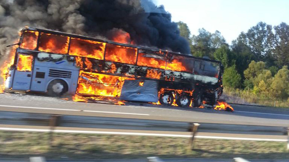 БУКТИЊА НА АУТОПУТУ Потпуно изгорео аутобус код Малог Пожаревца