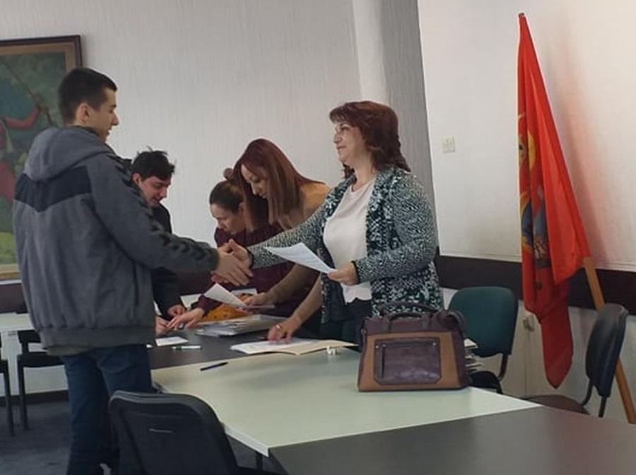 Потписани уговори о стипендирању у општини Топола