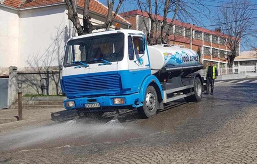 Дезинфекција улица у Тополи
