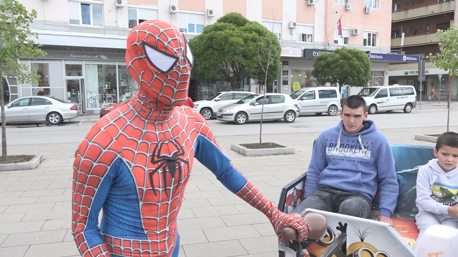 Невиђена атракција у граду на Морави: Спајдермен је стигао и сваки дан се дружи са најмлађима