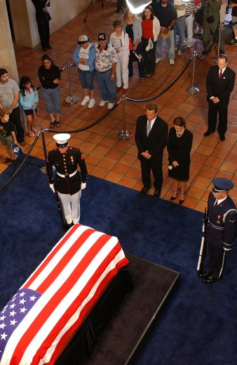 1024px-Schwarzeneggers_pay_respects_to_Reagan