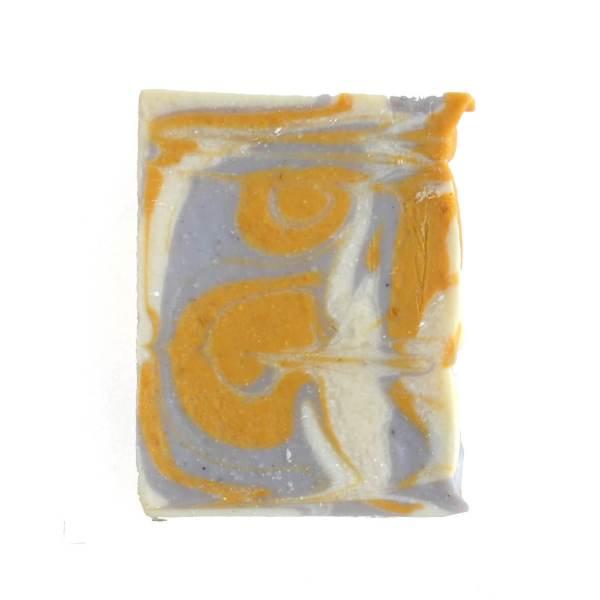 sabonete com óleo essencial de alfazema em fundo branco