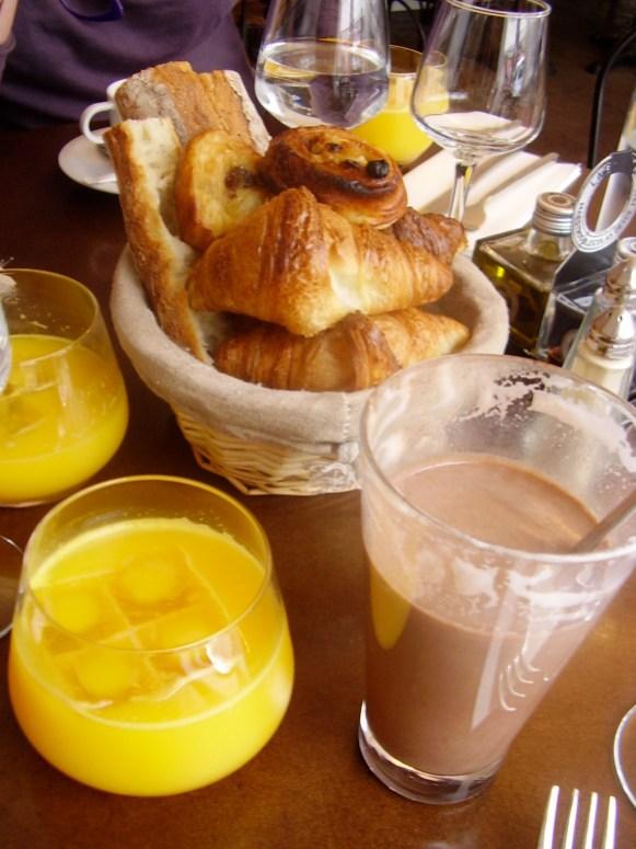 La petite corbeille de petit-déjeuner : très Chaperon-Rouge avec le petit pot de beurre et le petit pot de confiture!