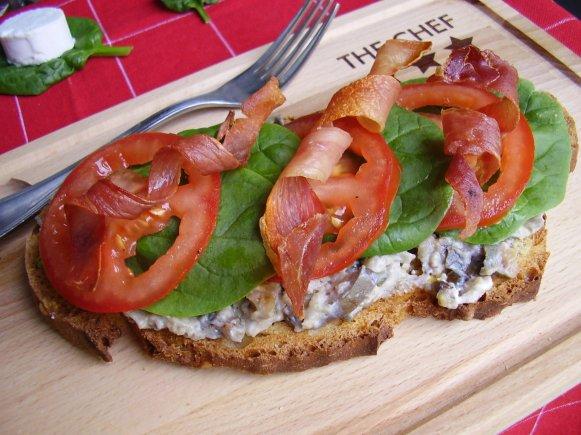 Tartine au chèvre et caviar d'aubergine