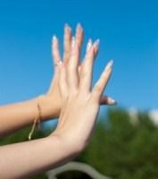 ベタベタする手汗を治す方法について!ツボや対策など