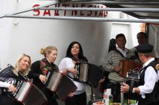 Askøybæljen spelte både frå scena og fra Askøy kystlag sin Saltnesvåg