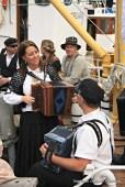 Stemningsfullt med musikk ombord i båtane - i strilaklede