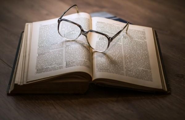 Libro con occhiali di Umberto Eco
