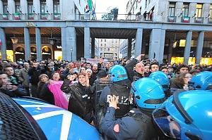 """Berlusconi a Torino per Coppola  La gente: """"Dimissioni, dimissioni"""""""