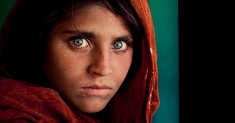 歴史に名を残す一枚「アフガンの少女」Steve McCurry 写真展 ベナリア•レアーレにて開催中!