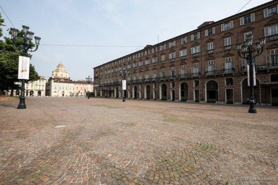 Portici in piazza Castello. La Prefettura