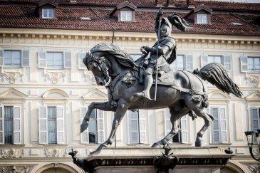 Il Caval ëd Bronz, commissionato allo scultore Carlo Marocchetti nel 1831, venne inaugurato dopo sette anni, nel 1838.