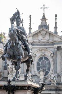 Monumento a Emanuele Filiberto e sullo sfondo facciata di Santa Cristina