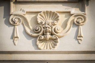 Assoluta novità è l'inserimento di riquadri in rilievo tra una finestra e l'altra e di festosi ornamenti nei sottofinestra.