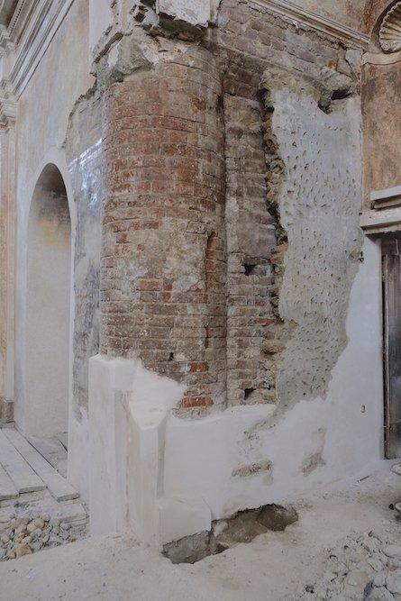La scoperta dell'affresco ha guidato i restauratori verso un'altra significativa rivelazione. Rimuovendo ulteriore intonaco è tornata alla luce una massiccia colonna in laterizi, con basamento e capitello in pietra.