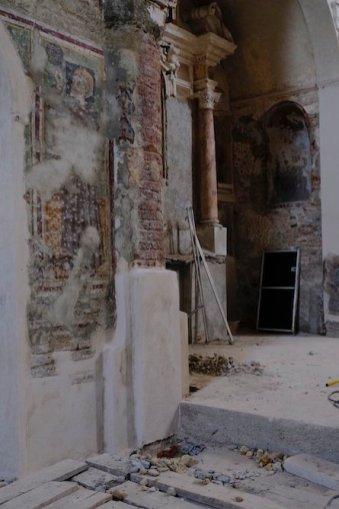 Si tratta dell'impianto romanico della chiesa (fondata attorno al 1150) che riemerge da livelli di rimaneggiamenti successivi.