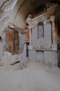 Ad uno di questi, settecentesco, appartiene un ulteriore elemento ricomparso in sede di restauro, un altare a trompe l'oeil nella navata sinistra.