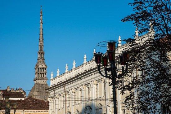 I palazzi che affacciano sulla piazza sono, in ordine di tempo, palazzo d'Ormea e l'Albergo di Virtù, la chiesa conventuale di Santa Croce, il «Collegio delle Province».