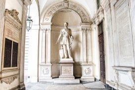 Re Carlo Alberto sotto il portico del Municipio