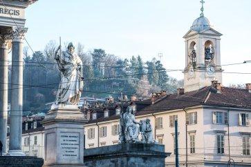Il monumento a Vittorio Emanuele I di fronte alla Gran Madre