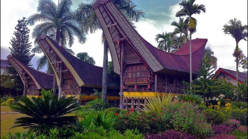 Rumah Adat Suku Toraja Sulawesi Selatan