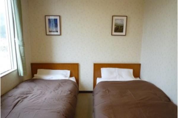 恐竜と一緒に宿泊できるホテル!奥出雲町の変わった宿、奥出雲多根自然博物館とは?