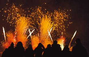 冬の透き通った空気に映る花火もグッド©Will Lew