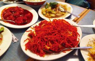 ▼Manchurian Mixed Chow Mein インドと中華が合わさったHakka料理が楽しめるお店。インドの香辛料が使われたピリ辛中華という感じ。また満州スタイルの料理も提供しており、赤く辛味がしっかり入った満州風焼きそばがおすすめ。お肉や海鮮など種類もあるので好きなように食べられるのが◎。お手頃価格なのも嬉しい。 Lin Garden Restaurant 1806 Pharmacy Ave.  /416-491-8484 / lingarden.ca