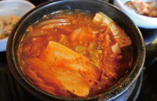 Kimchi ChiGe 日本でもお馴染みのキムチチゲ。具材はお店によってさまざまで、ここでの魅力は豚肉、牛肉、マグロから選べるところ。意外だが、韓国人おすすめはマグロ。辛すぎず、キムチの酸味がさっぱりした食べやすいスープだ。 Dan Ji 590 Yonge St / 647-347-5650