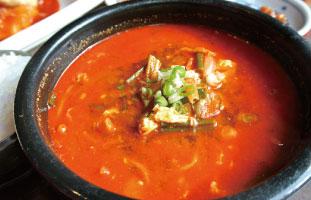 Yuk Gae Jang 牛肉、卵、野菜を長時間かけてゆっくり煮込んだスープ。辛いスープだがとてもあっさりしていて食べやすく、春雨が入っているなど意外とカロリーも控えめ。辛いものをがっつり、でもこってりしたものが食べられない、という時に抜群の一品だ。 OJA Restaurant 689 Yonge St / 416-944-8371 / theoja.ca