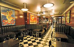 市松模様の床にクラシックなポスターで彩られたシックな店内
