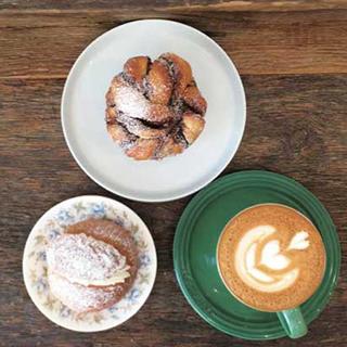 上:Cinnamon Bun 左:Semla 右:Latte