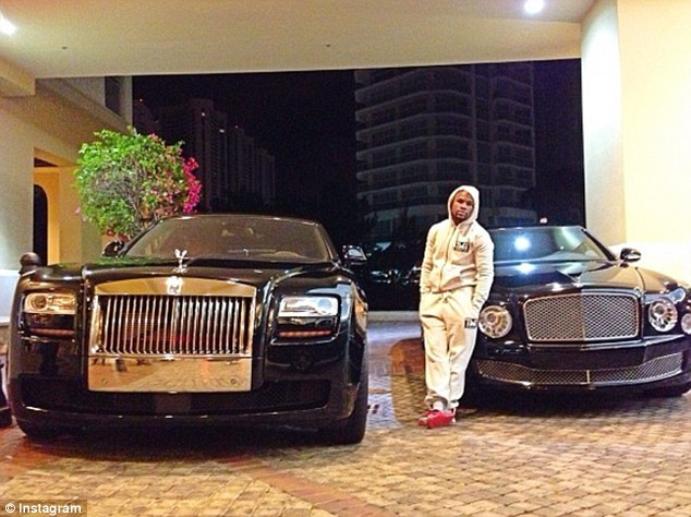 2D3CE4E200000578-3266433-Mayweather_posed_in_2013_with_an_EWB_Rolls_Royce_Ghost_and_Bentl-m-14_1444400310439