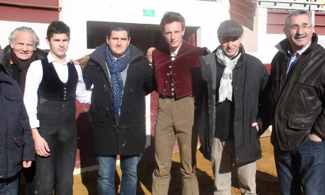 De gauche à droite : André Cabannes, président du Club taurin de Vic, Louis Husson, Guillaume Bats, Tibo Garcia, Christophe Andine, commission taurine de Vic et José Bats.