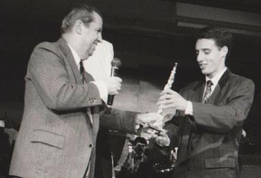 Jean-Claude Dufau remettant un prix à Gilles Raoux