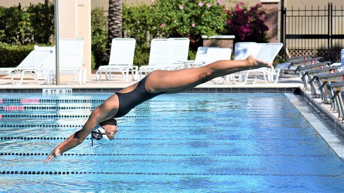 Hana van Loock dives