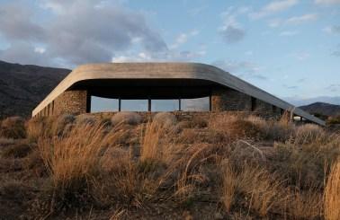 À flanc de colline, la Ring House se cache dans le paysage naturel de Crète © decaARCHITECTURE (2)