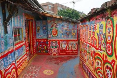 Rainbow Village, sauvé grâce au talent coloré d'un grand-père de 97 ans 13