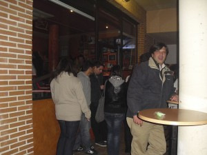 Gente fuera de Casa Aizpuru