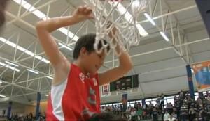 Jorge Bueno, cortando la red tras consagrase campeones