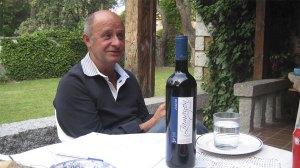 Francisco, hablando apasionadamente de la gastronomía de su pueblo. La botella es de la bodegaSantibáñez de la Sierra.