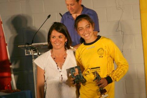 Sara Ezquerro, premio mejor promesa femenina, con la alcaldesa, Elena Biurrun