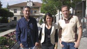 Elena Biurrún (que el sábado será investida Alcaldesa), y los concejales Gonzalo Santamaría Puente y Carlos Beltrán Castrillon, esta mañana junto al Ayuntamiento de Torrelodones