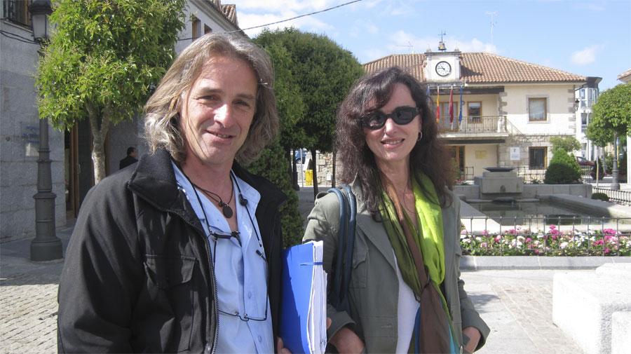 Elena Biurrún (que el sábado será investida Alcaldesa), y dos concejales de Vecinos esta mañana junto al Ayuntamiento de Torrelodones