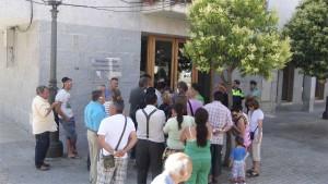 Los Feriantes concentrados frente al Ayuntamiento de Torrelodones