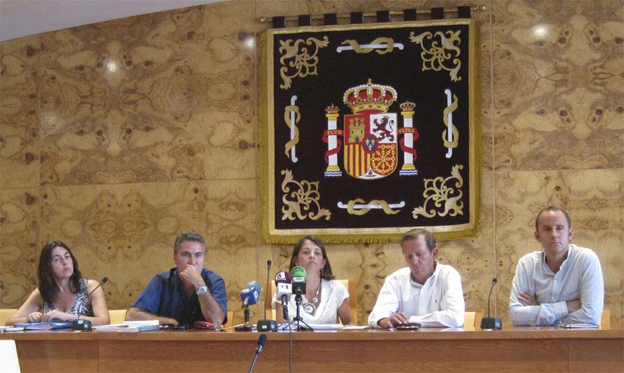 Alcaldesa y Concejales de Torrelodones escuchando las preguntas de los medios.