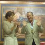 D. Pablo recibe dos medallas el día de la graduación del último curso en que ejerció como profesor en el S. Ignacio